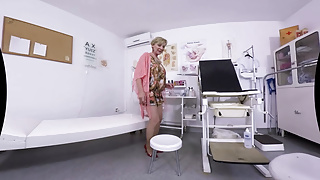 Doctor porn thermometer - Blonde granny who waits for her doctor