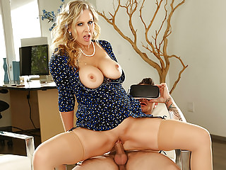 VRHUSH Experienced MILF Julia Ann gets doggystyle at home