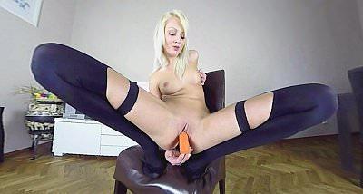 Video di masturbazione VR di Katy Rose giocherellando con la sua figa stretta