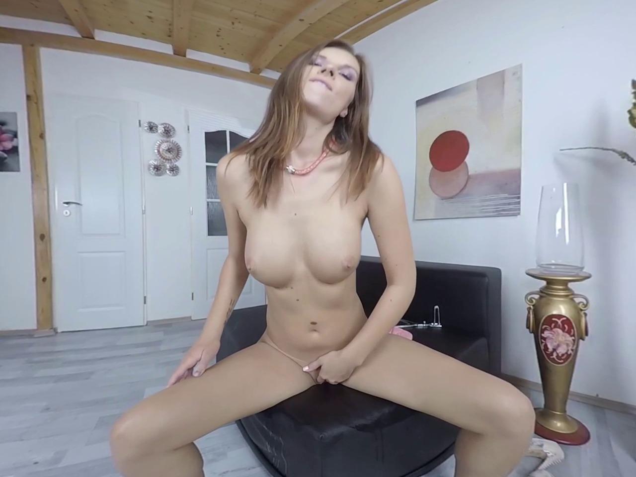 Virtualpee - Jenifer Jane dokucza swoim gorącym ciałem