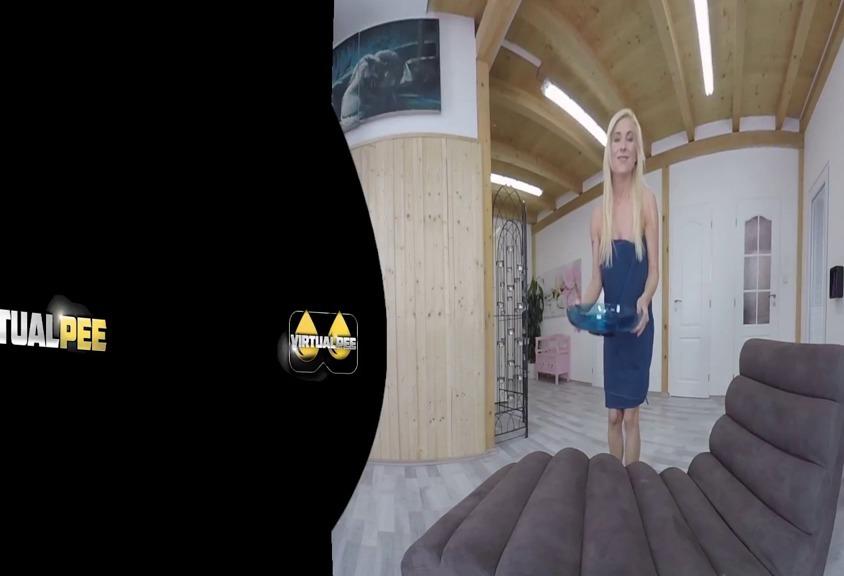 Blonde MILF bedeckt sich in Pisse - VR Porn