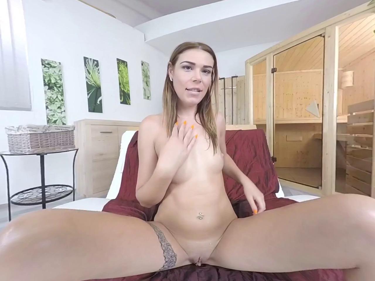 Jesica Bell lecca le sue mani bagnate di pipì dopo essersi masturbata